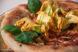 pizza ai fiori di zucca, ricotta, salame e provola ciccio pizza